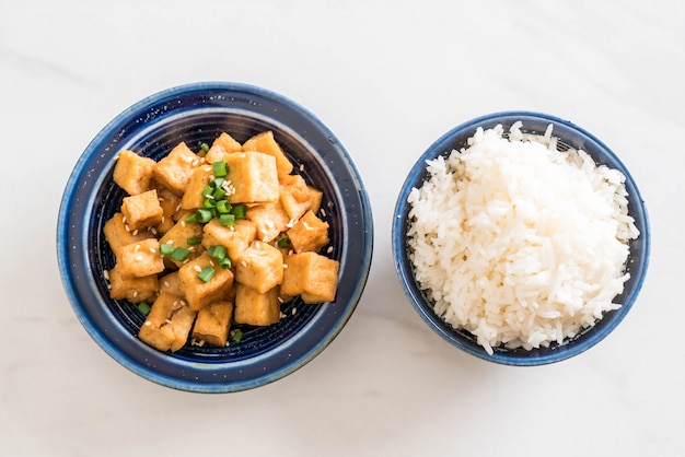 Fried tofu in a bowl with sesame Premium Photo