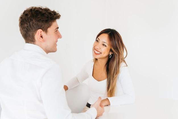 明るいオフィスで笑っているフレンドリーな同僚 無料写真