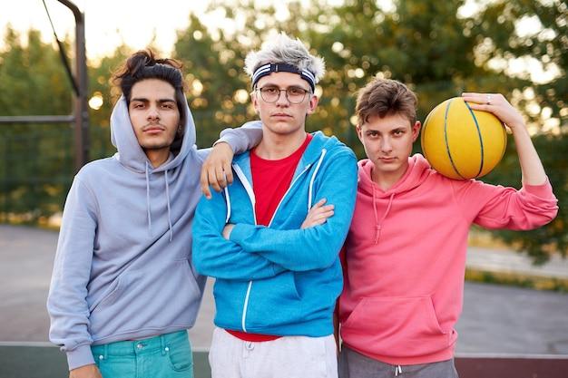 농구를 할 준비가 백인 청소년 소년의 친절한 그룹 프리미엄 사진