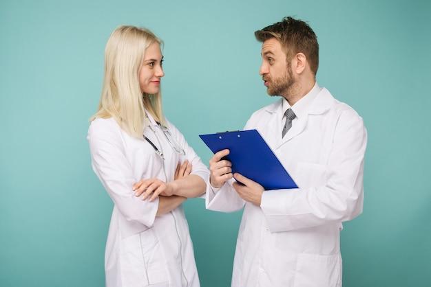 Приветливые врачи - мужчины и женщины. счастливая медицинская команда врачей. - изображение Premium Фотографии