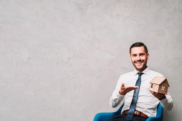 Agente immobiliare amichevole che mostra casa Foto Gratuite