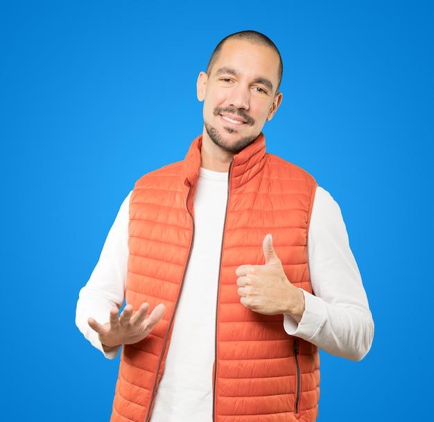 Дружелюбный молодой человек делает жест спокойствия Premium Фотографии