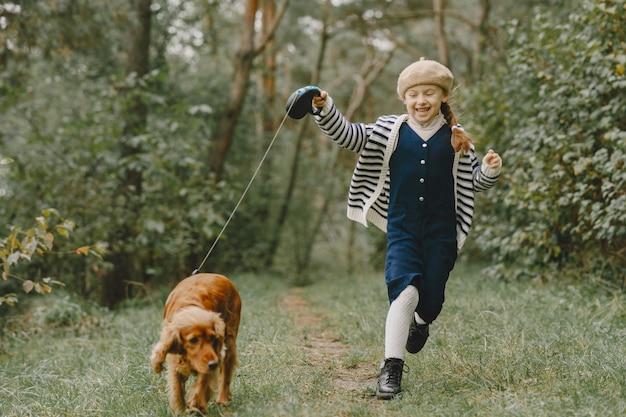 Gli amici si divertono all'aria aperta. bambino in un vestito blu. Foto Gratuite
