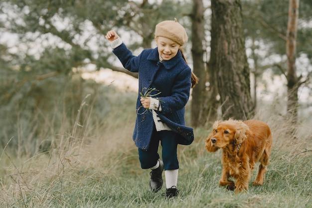 Друзья веселятся на свежем воздухе. ребенок в синем пальто. Бесплатные Фотографии