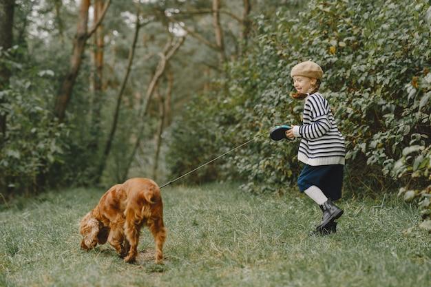 친구들은 신선한 공기를 즐기고 있습니다. 파란 드레스에 아이입니다. 무료 사진
