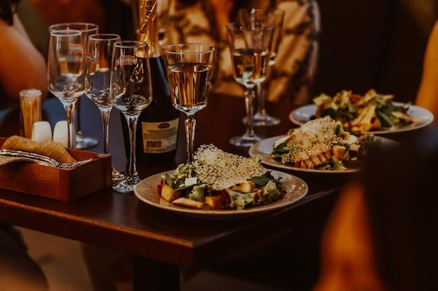 Друзья в ресторане обедают Premium Фотографии