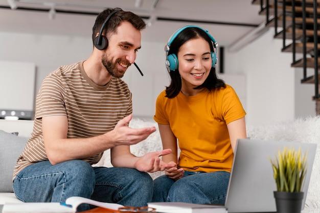 Amici che frequentano insieme il corso online Foto Gratuite