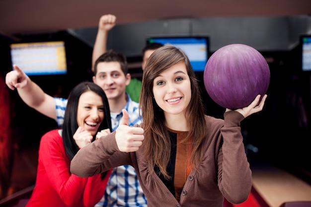 Amici che giocano a bowling insieme Foto Gratuite