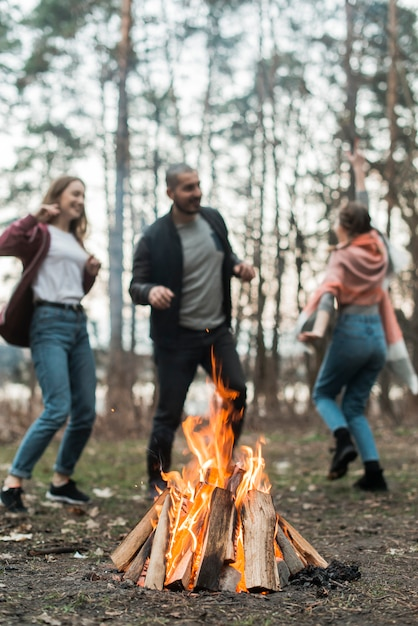 Друзья танцуют у костра Бесплатные Фотографии