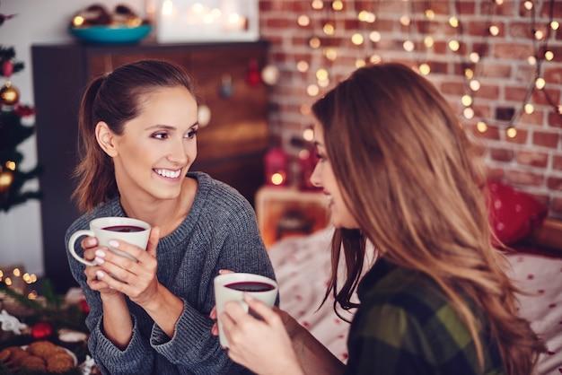 お茶を飲んだりおしゃべりしたりする友達 無料写真