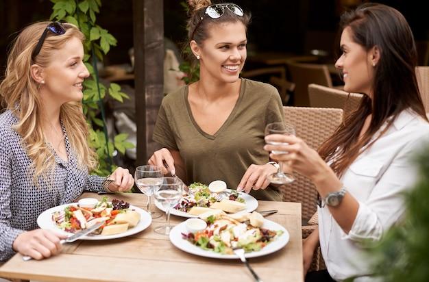 Amici gustando un pranzo in un ristorante Foto Gratuite