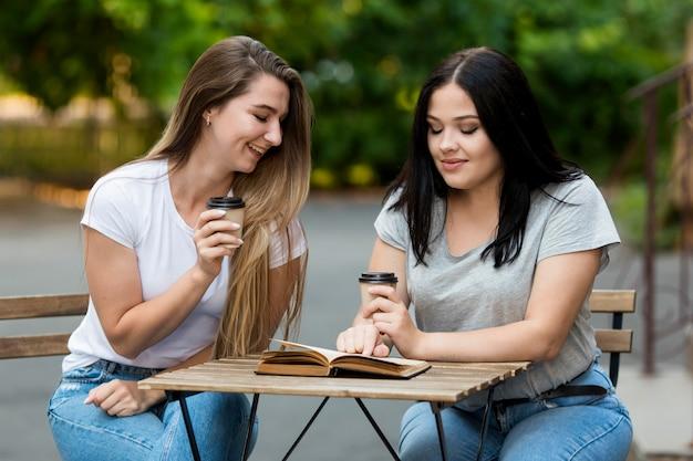 Amici che godono insieme del caffè Foto Gratuite