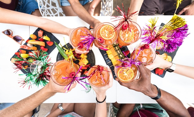 Friends hands toasting summer cocktail Premium Photo