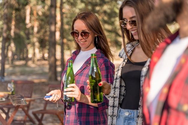 楽しんでビールを飲む友達 無料写真