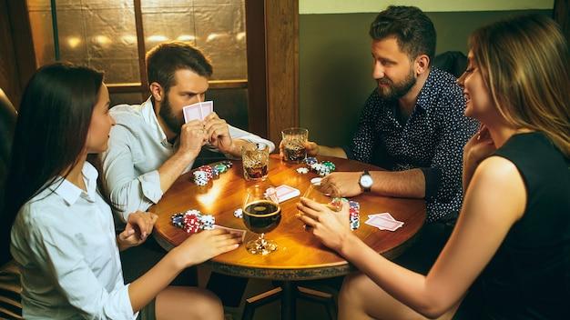 Друзья веселятся во время игры в настольную игру. Бесплатные Фотографии