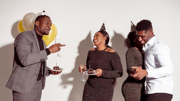 Amici che si divertono e mangiano la torta Foto Gratuite