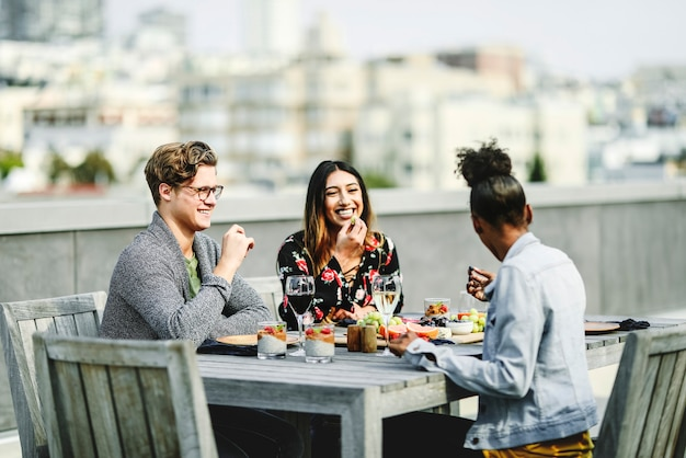 Friends having a rooftop party in san francisco Premium Photo