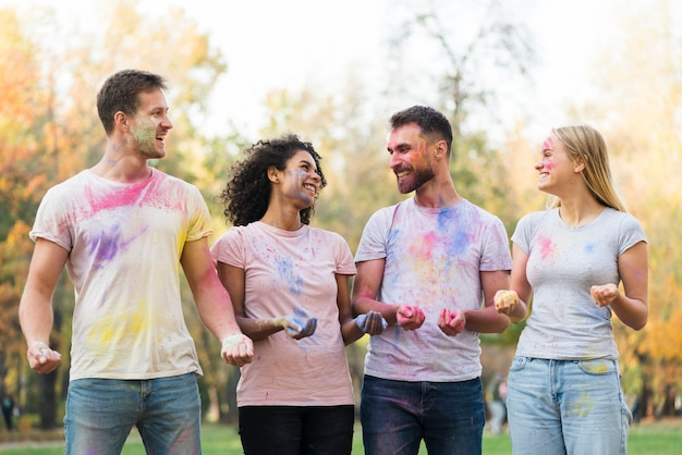 Friends looking at each other at holi festival Free Photo