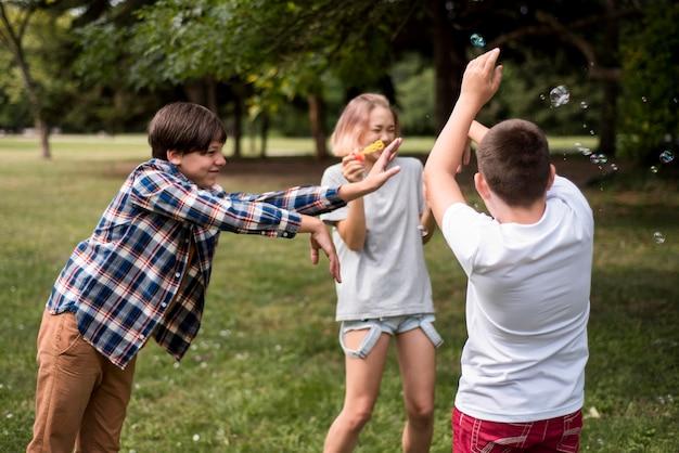 Друзья играют в ouside Бесплатные Фотографии