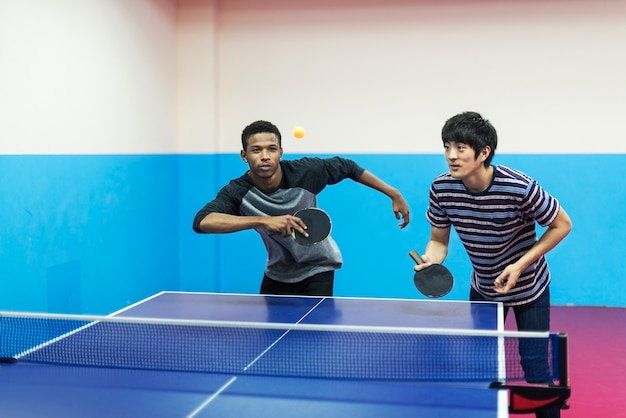 Friends playing table tennis Free Photo