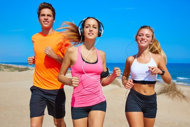 Friends running on the beach happy in summer Premium Photo