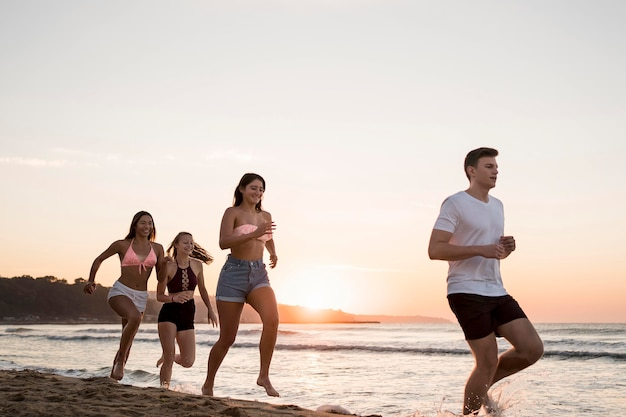 一緒にビーチを走る友人 無料写真