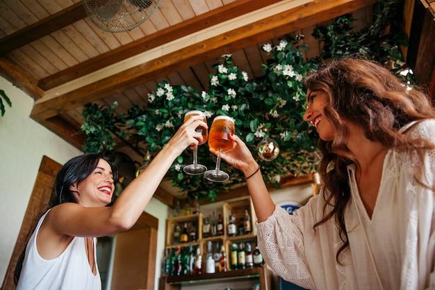 Друзья тосты с пивом Бесплатные Фотографии