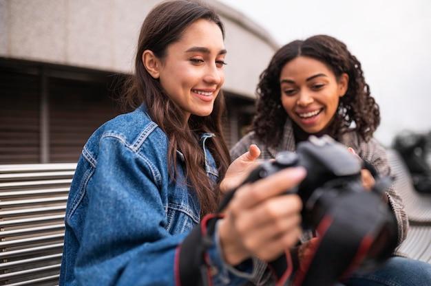 Друзья вместе на открытом воздухе с камерой Бесплатные Фотографии