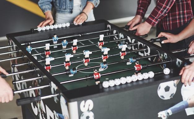 Друзья вместе играют в настольные игры, настольный футбол Бесплатные Фотографии