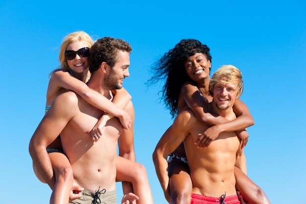 Friends in vacation at the beach Premium Photo
