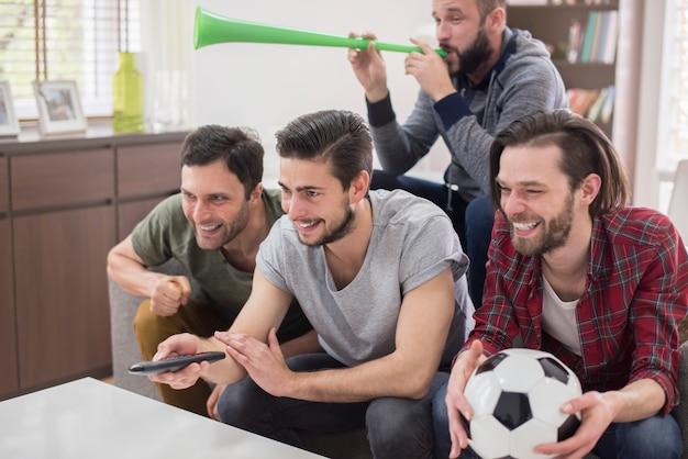 Друзья смотрят футбольный матч Бесплатные Фотографии