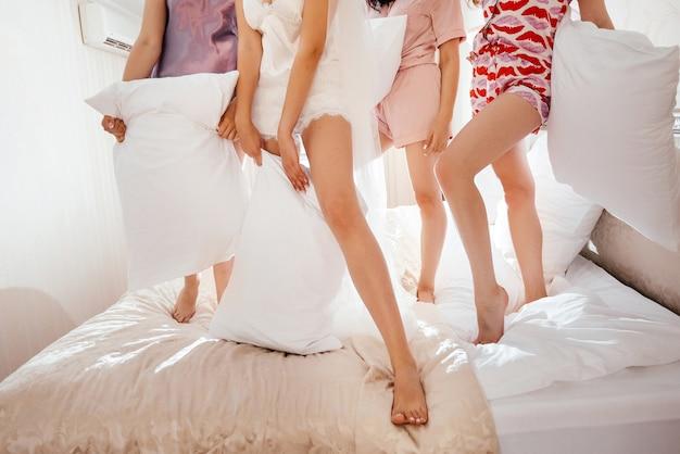 Друзья в пижаме и с удовольствием Premium Фотографии