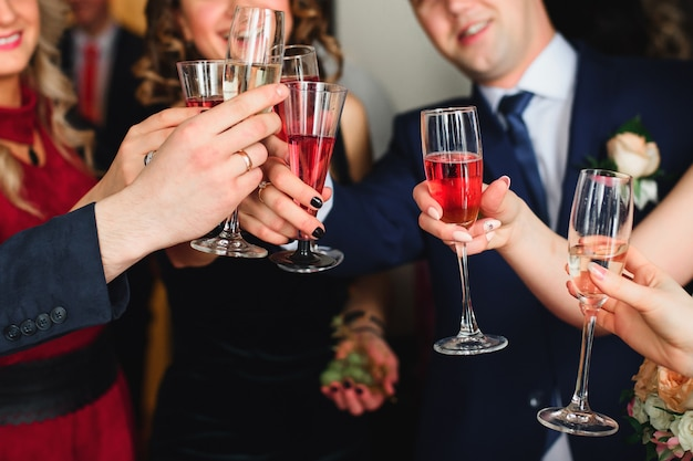 Friends with glasses of champagne celebrate the wedding Premium Photo