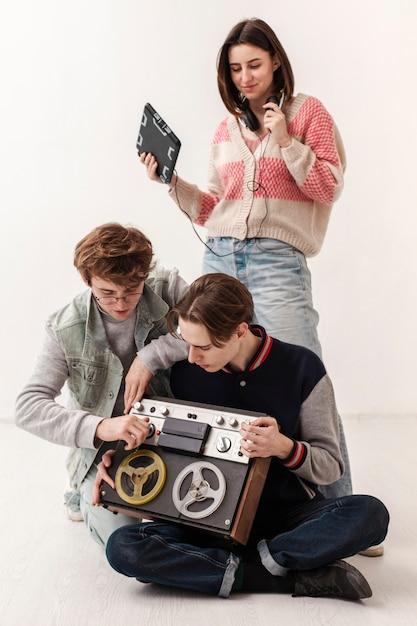 Друзья с музыкальными устройствами Бесплатные Фотографии