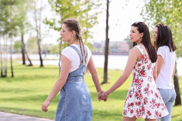 Дружба. женщины в парке в течение дня Бесплатные Фотографии