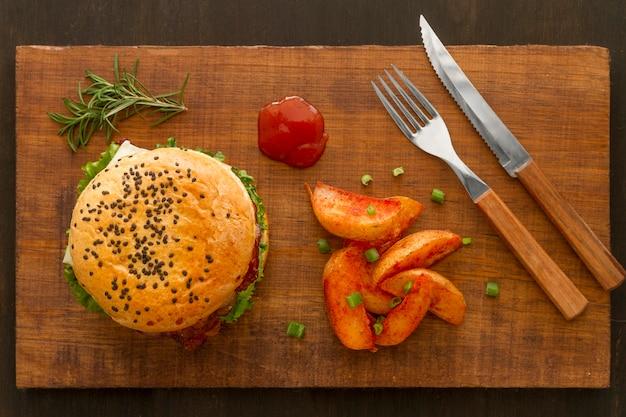 Картофель фри и гамбургер на деревянной доске Бесплатные Фотографии