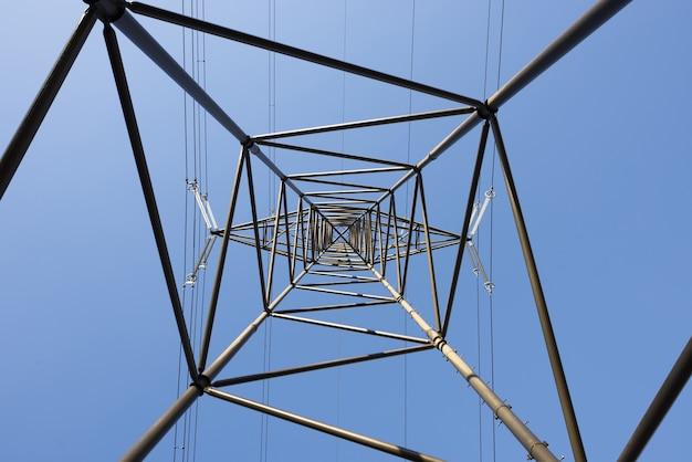 Взгляд лягушки на электрический столб на фоне ясного голубого неба Бесплатные Фотографии