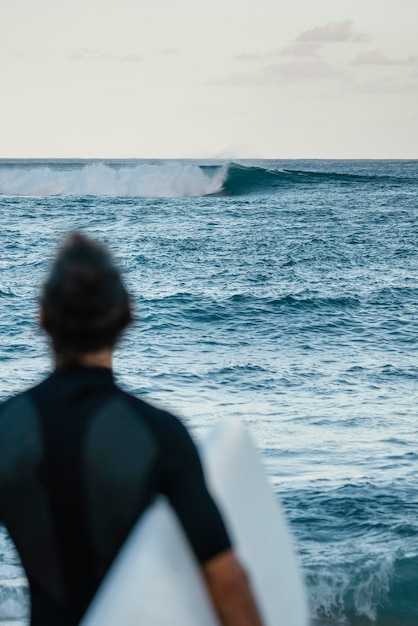 Dall'uomo surfista girato indietro all'aperto Foto Gratuite