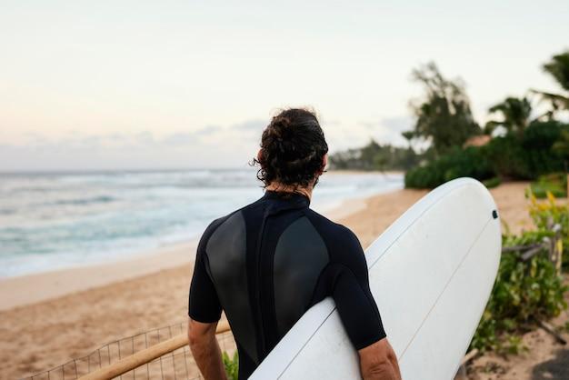 Da dietro l'uomo del surfista girato all'aperto Foto Gratuite