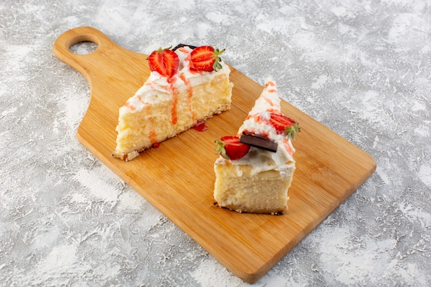Fette deliziose della torta di vista vicina della parte anteriore con la crema e la fragola del cioccolato Foto Gratuite