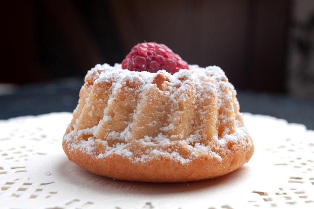Вид спереди крупным планом вкусный торт со сливками и красной малиной на темной поверхности торт фруктовый бисквитный сахар Бесплатные Фотографии