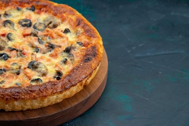 Вид спереди на вкусную приготовленную пиццу с сыром и оливками на темном столе Бесплатные Фотографии