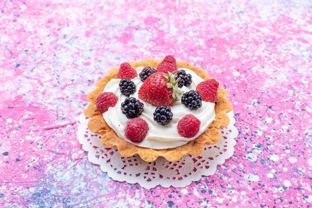 正面の拡大図ライトにベリーと小さなクリームケーキ 無料写真