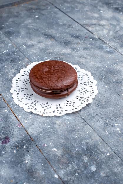 Фронт далекий вид вкусный шоколадный торт круглой формы изолирован на сером Бесплатные Фотографии