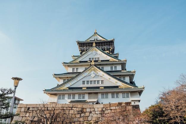 Передняя часть замка осака япония и голубое небо Бесплатные Фотографии