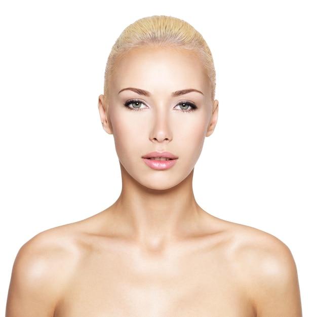 아름다움 얼굴-절연 금발 여자의 전면 초상화 무료 사진