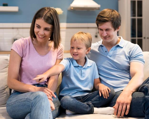 正面の愛らしい家族を一緒に Premium写真