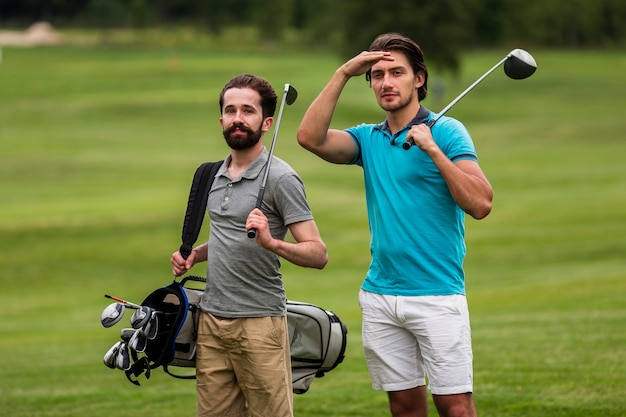 Front view adult friends playing golf Free Photo