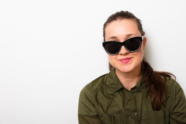 Vista frontale donna adulta con occhiali da sole Foto Gratuite