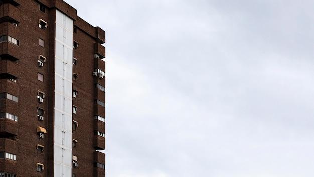 Vista frontale del condominio in città con copia spazio Foto Gratuite